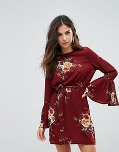 Платье с цветочным принтом, высоким вырезом, поясом и рукавами клеш Parisian - Красный