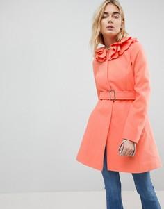 Короткое приталенное пальто с воротником-оборкой ASOS - Розовый