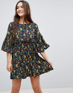 Свободное платье с цветочным принтом и оборками QED London - Черный
