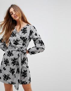 Клетчатое платье с запахом и цветочным принтом Parisian - Серый