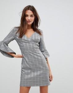 Клетчатое платье с запахом и рукавами клеш Parisian - Серый