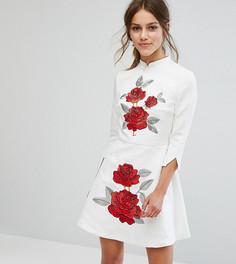 Жаккардовое платье мини с воротником в восточном стиле и вышитыми розами Chi Chi London Petite - Белый