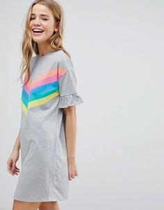 Платье-футболка в разноцветную полоску с оборками на манжетах ASOS - Мульти