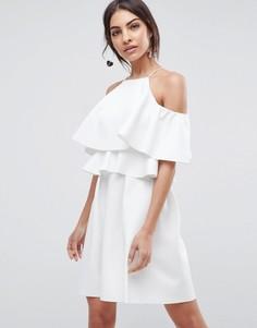 Короткое приталенное платье с высокой горловиной и открытыми плечами ASOS - Белый