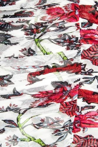 Белое драпированное платье с цветами
