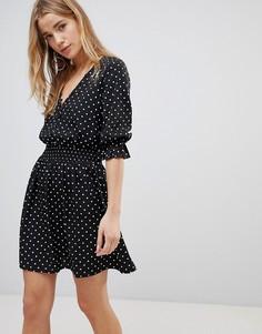 Чайное платье в горошек с V-образным вырезом и сборками на рукавах Influence - Черный