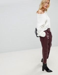 Суженные книзу брюки из искусственной кожи ASOS - Красный