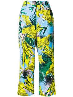 укороченные брюки с пальмами Versace