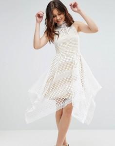 Короткое приталенное платье из кроше с высоким воротом и асимметричным подолом Girl In Mind - Белый