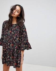 Свободное платье с цветочным принтом и оборками QED London - Зеленый