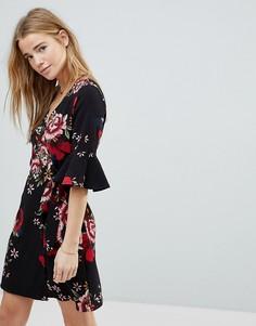 Платье с цветочным принтом и запахом Girls On Film - Черный