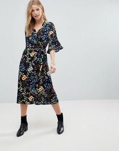 Платье миди с запахом и цветочным принтом Girls On Film - Темно-синий