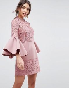 Короткое приталенное платье с рукавами клеш и кружевом ASOS - Розовый