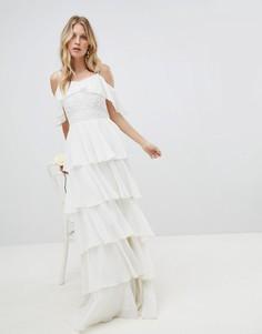 Платье макси с открытыми плечами и ярусными оборками Amelia Rose - Белый