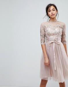 Тюлевое платье миди с высоким воротом и вырезом на спине Chi Chi London - Коричневый