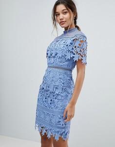 Кружевное платье-футляр миди с высоким воротом Chi Chi London - Синий