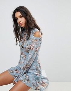 Платье с принтом пейсли и вырезами на плечах ebonie n ivory - Синий