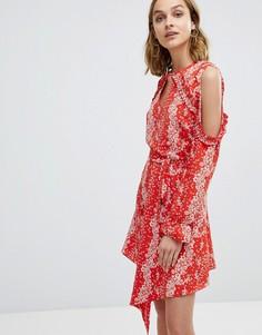 Платье с вырезами на плечах и отделкой рюшами River Island - Красный