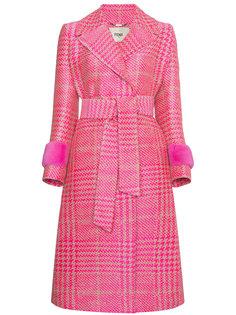 двубортное пальто в ломаную клетку с меховыми манжетами  Fendi