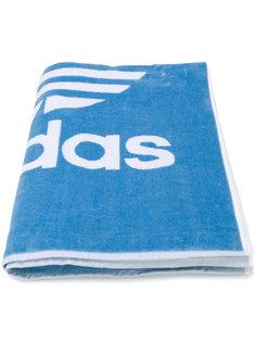 полотенце с логотипом Adidas