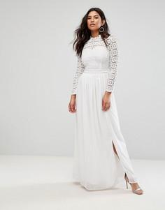Платье макси с топом из кружева кроше и высоким воротом Club L - Кремовый