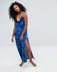 Пляжное платье макси с принтом тай-дай и кружевом кроше Liquorish - Синий