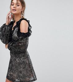 Короткое приталенное платье с открытыми плечами, рукавами клеш и вышивкой Dolly & Delicious - Мульти