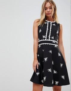 Короткое приталенное платье с принтом лебедей и отделкой Trollied Dolly - Черный