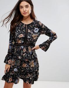 Короткое приталенное платье с цветочным принтом и ярусной юбкой Liquorish - Мульти