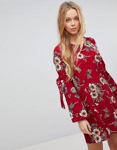 Платье с цветочным принтом Girls On Film - Красный