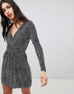 1e46aeb23f6 Плиссированное платье в горошек с запахом ASOS DESIGN - Мульти