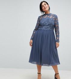 Приталенное платье миди с высоким воротом и кружевом Chi Chi London Plus - Синий