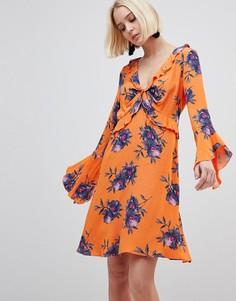 Чайное платье с цветочным принтом и оборками River Island - Оранжевый