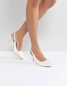 Белые атласные туфли с ремешком через задник True Decadence - Белый