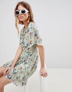 Платье мини с запахом, оборками и цветочным принтом Glamorous - Зеленый