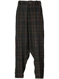 клетчатые брюки с заниженным шаговым швом Uma Wang