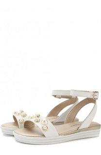 Кожаные сандалии с ремешком на щиколотке и жемчужинами Stuart Weitzman