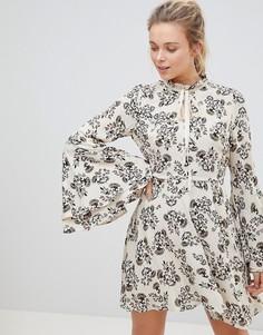 Платье с высоким воротом и цветочным принтом Glamorous - Кремовый