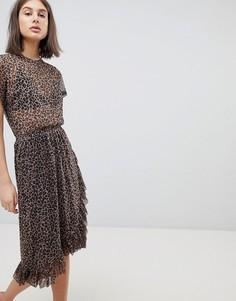 Платье миди с леопардрвым принтом и оборкой Moss Copenhagen - Коричневый