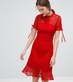 Платье миди с кружевом, высоким воротом и короткими рукавами Chi Chi London Tall - Красный