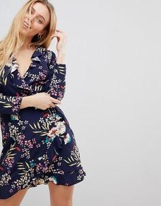 Платье с запахом и тропическим принтом Girls on Film - Темно-синий
