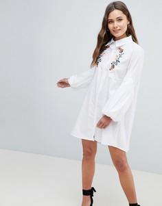 Платье-рубашка с вышивкой QED London - Белый