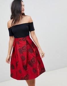 Короткое приталенное платье с открытыми плечами и принтом на юбке AX Paris - Мульти