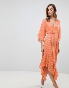 Платье миди в блестящий горошек с расклешенными рукавами и асимметричным подолом ASOS - Оранжевый