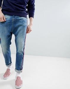 Синие джинсы заниженного кроя с красной отделкой ASOS DESIGN - Синий