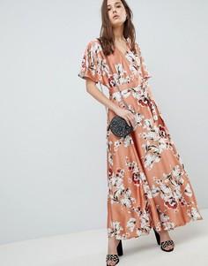 Платье макси с запахом и цветочным принтом QED London - Розовый