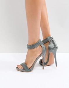 Серые босоножки на каблуке с оборкой Lost Ink - Серый