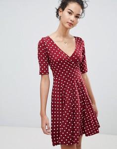 Короткое приталенное платье в горошек с запахом Gilli - Красный