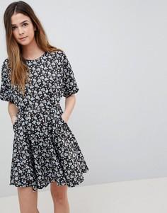 Короткое приталенное платье с вырезом и цветочным принтом QED London - Черный