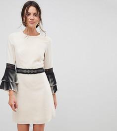 Свободное платье с кружевной отделкой и плиссировкой Little Mistress Tall - Кремовый